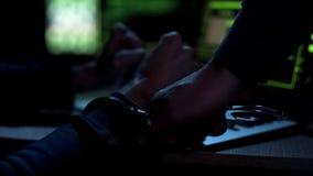 Cyberpolizei, die Hacker, Gerechtigkeit für böswilligen Appentwickler, Nahaufnahme festnimmt lizenzfreies stockbild