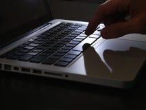Cyberprzestępstwo - zgłębia cień na klawiaturze Obrazy Royalty Free