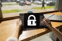 Cybersäkerhet, dataskydd internetteknologi och affärsidé Fotografering för Bildbyråer