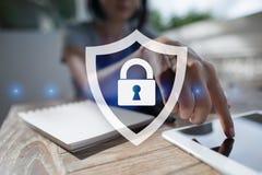 Cybersäkerhet, dataskydd internetteknologi och affärsidé Royaltyfria Bilder