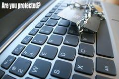 Cybersäkerhet med ` är dig skyddade ` med kedjan & låset som slås in runt om kreditkorten som skyddar det från brottslingar Royaltyfri Foto