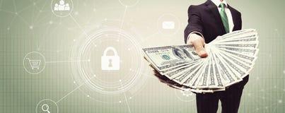 Cybersäkerhet med affärsmannen med kassa arkivbilder
