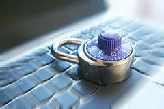 Cybersäkerhet med det blåa kombinationslåset på bristning för zoom för datortangentbord Royaltyfri Fotografi