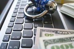 Cybersäkerhet med det blåa kombinationslåset på datortangentbordet med buntar av pengar Royaltyfri Foto