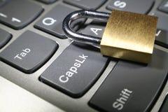 Cybersäkerhet med det guld- låset på datortangentbordet Arkivfoto