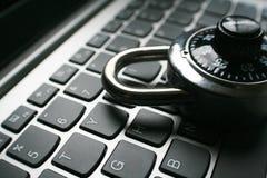 Cybersäkerhet med det svarta kombinationslåset på bärbar datortangentbordslut upp högkvalitativt Arkivbilder