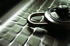 Cybersäkerhet med det svarta kombinationslåset på bristning för zoom för datortangentbord Royaltyfri Fotografi