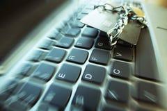 Cybersäkerhet med kedjan & låset runt om kreditkort på bristning för zoom för datortangentbord Fotografering för Bildbyråer
