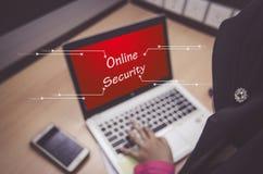 Cybersäkerhetsbegrepp, affärskvinnor som framme sitter av bärbar datorskärm med ONLINE-SÄKERHET för ord Arkivfoton