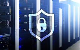 Cyberschutz-Schildikone auf Serverraumhintergrund Informationssicherheit und Virusentdeckung lizenzfreies stockbild