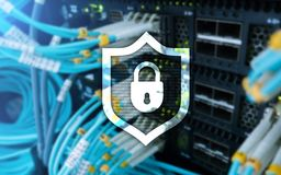 Cyberschutz-Schildikone auf Serverraumhintergrund Informationssicherheit und Virusentdeckung Stockfotos