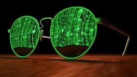 Cybersecurity-Konzept mit der Sonnenbrille, die grünes Matrixsc reflektiert Lizenzfreie Stockbilder