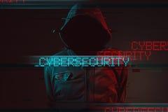 Cybersecurityconcept met anonieme mannelijke persoon met een kap stock afbeelding