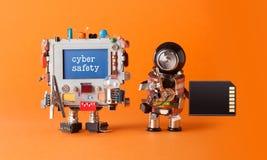 Cybersicherheitsinternet-Verbrechensicherheitskonzept Zerhackter Computer der wachsamen Mitteilung Roboterantivirus der IT-Fachma stockfotografie
