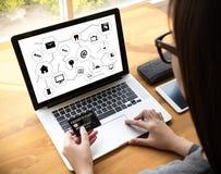 Cyberspace och futur för knapp för strömbrytare för teknologiskärm av och på arkivfoton
