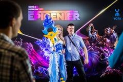 Cybersport EPIZENTRUM-MOSKAUS Dota 2 Ereignis kann 13 Cosplay von Spielhelden Kristallmädchen und Moloch am Ereignis Lizenzfreie Stockfotos