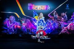 Cybersport EPIZENTRUM-MOSKAUS Dota 2 Ereignis kann 13 Cosplay von Spielhelden Kristallmädchen und Moloch am Ereignis Lizenzfreies Stockfoto