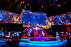 Cybersport EPIZENTRUM-MOSKAUS Dota 2 Ereignis kann 13 Hauptszene und Auditorium Stockbilder