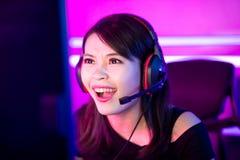 Cybersport Gamer, der Spiel spielt lizenzfreie stockfotografie
