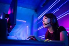 Cybersport Gamer, der Spiel spielt stockbilder