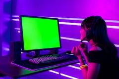 Cybersport Gamer mit Computer stockfotos