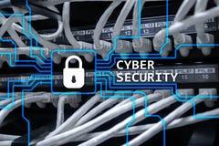Cyberveiligheid, informatieprivacy en gegevensbeschermingconcept op de achtergrond van de serverruimte royalty-vrije stock fotografie