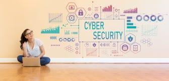 Cyberveiligheid met jonge vrouw die een laptop computer met behulp van Stock Fotografie