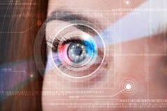 Cybervrouw met het technolgy oog kijken Stock Fotografie