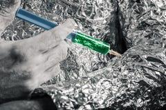 Cyborg appliquant la seringue Photographie stock libre de droits