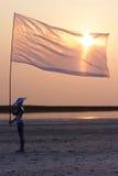 Cyborg avec l'indicateur au lever de soleil Photographie stock libre de droits