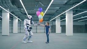 Cyborg blanc donnant des ballons à une fille, vue de côté banque de vidéos