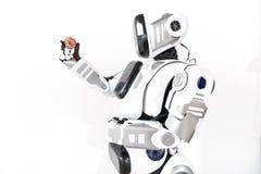 Cyborg, der wenig rundes Spielzeug hält Stockfotografie