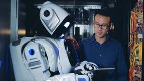 Cyborg e homem que verificam o equipamento do servidor junto, fim acima