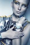 Cyborg kobieta z interaktywnym pokazem na ręce obrazy royalty free