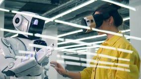 Cyborg komunikuje z damą w szkłach zdjęcie wideo