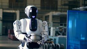 Cyborg niesie metal rzecz przez fabrykę zbiory