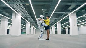 Cyborg och ung kvinna att krama sig medan möte arkivfilmer