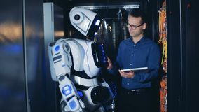 Cyborg podnosi swój rękę pod kontrolą męski inżynier zbiory wideo