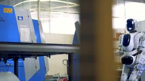 Cyborg, robot duwt de knoop op een industriële machine