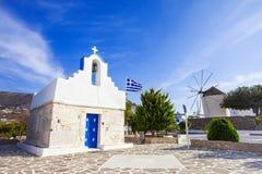 Cycladickerk met Griekse vlag, Paros-eiland, Griekenland Royalty-vrije Stock Foto's