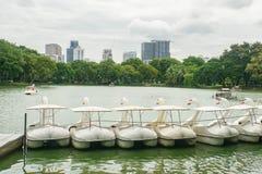 Cycle mignon de l'eau dans le lac au parc de Lumpini pour la relaxation de famille et Bangkok rentré par exercice le 11 juillet 2 image libre de droits