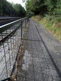 Cyclepath que corre al lado de la línea ferroviaria Imagen de archivo
