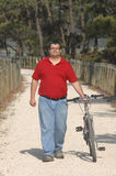 Cycler sur le bord de la mer marchant avec le vélo Images stock