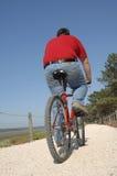 Cycler sur le bord de la mer marchant avec le vélo Photographie stock