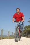 Cycler sur le bord de la mer marchant avec le vélo Image libre de droits