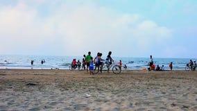 Cyclers στην παραλία, Chaung Tha, το Μιανμάρ απόθεμα βίντεο
