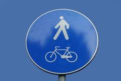 Cycles et signe de piétons image stock