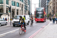 Cyclicts och modern röd London buss Royaltyfria Foton