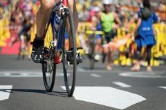 Cyclingafter la natation dans la zone de transition Photographie stock libre de droits