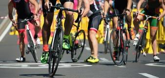 Cyclingafter la natation dans la zone de transition Image libre de droits